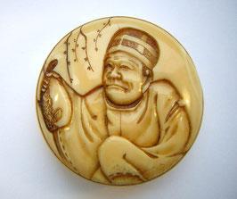 1686 Netsuke Manju 饅頭 Walrosszahn Mann der einen Kugelfisch in Hand hält