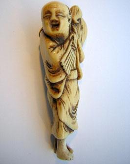1002 Netsuke Katabori 形彫 tanzender Bauer mit Fächer