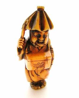 1706 Katabori Netsuke 形彫  Mann mit Hut und umgehängten Kasten