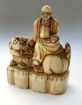 2274 Netsuke Katabori 形彫 Rakan auf Shishi Wächterlöwe