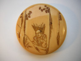 1687 Netsuke Manju 饅頭 Walrosszahn Reisigsammler im Wald