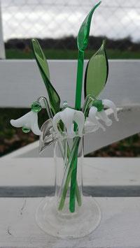 Drei zarte Märzenbecher 12 cm mit dreimal Grün 13 cm in einer kleinen mundgeblasenen Vase ca 10 cm