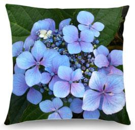 Coussin hortensia bleu et trémière blanche