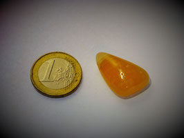 Orangencalcit gebohrt