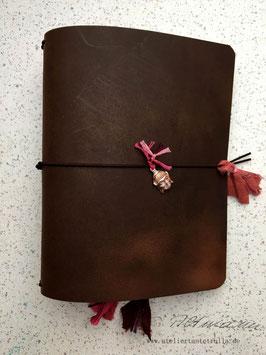 dunkelbraunes Traveler's Notebook mit Buddha-Anhänger für Notizhefte und/oder Kalender