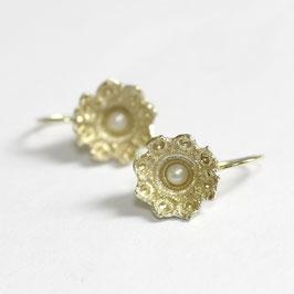 gouden zeeuwse oorbellen met witte parels, goes