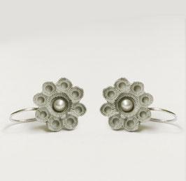 zeeuws oorbellen grijs porselein en parels