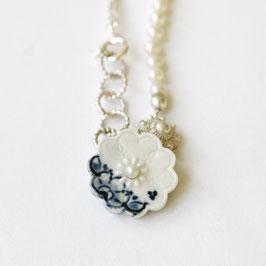 delfts blauw ketting, handbeschilderd met witte parels