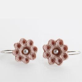 zeeuws oorbellen roze porselein en parels uit goes