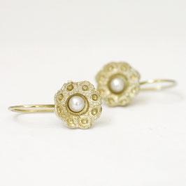 gouden zeeuwse klein oorbellen met witte parels