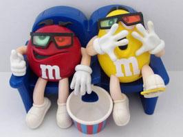Distributeur de bonbons M&M's Rouge et jaune au cinéma / M&M's candy dispenser, red and yellow at the cinema