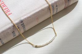小さなパールの華奢なネックレス