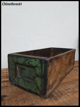 Ancienne caisse en bois brut patinée verte