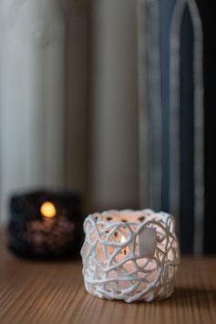 weißer Teelichthalter mit Glas