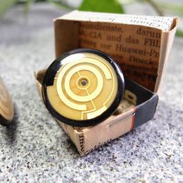 Schwarzer Distanzring mit goldener Leiterplatte