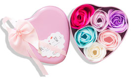 Rosenblüten in Geschenkbox mit Schleife