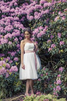 """kurzes Brautkleid """"Sonnenpracht"""" mit Gürtel in rose"""