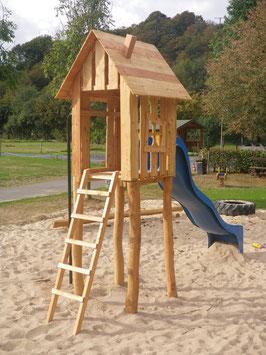 Spielturm aus Robinie und Lärche (privat)
