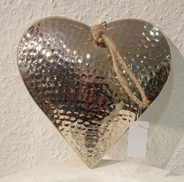 Metall- Herz gehämmert