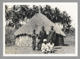E. Ventrillon, Nouméa : Famille Kanak devant une case (c. 1930 ?)