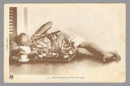 CPA : Fumeur d'opium sur le lit de camp