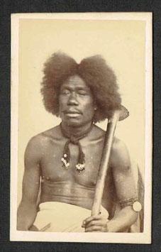 CDV : Edward Dufty, Nouméa (attr. à) : Kanak avec massue (c. 1880)