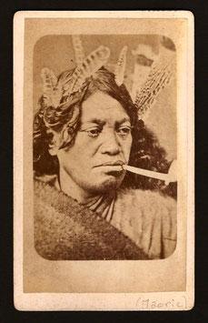 CDV : Allan Hughan, Nouméa : portrait d'une femme maorie (c. 1875)