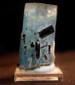 Aquamarinkristall mit Schörl