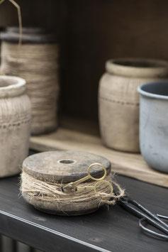 Holzspule mit Juteschnur und Schere