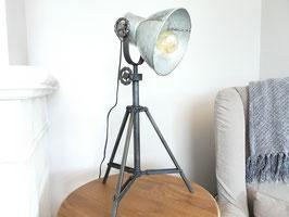 By Mooss Industriele tafellamp op metalen statief