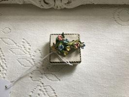nr: E34 oude broche kunststof bloementak