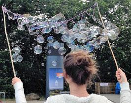 Wind-oder Sturm-Girlande für starken Wind mit mehreren Kammern, für Kinder ab 6 Jahren. Die kleineren Seifenblasen können einen ganzen Platz fluten.