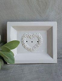 Porta sapone rettabgolare in ceramica bianca con decoro cuore floreale