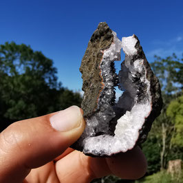 Amethystlippe mit unzähligen schwarzen feinen Goethit Kristallen (4)
