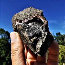 Unzählige kleine Goethit Kristallnadeln auf Amethystquarz (13)
