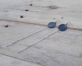 Boucles d'oreilles rondes, peinture abstraite argentée et chaînes d'acier inox