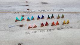 Puces d'oreilles triangles en noyer, couleurs à votre choix!