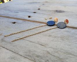 Boucles d'oreilles rondes, peinture abstraite dorée et chaînes d'acier inox