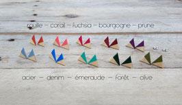 Puces d'oreilles triangles en merisier, couleurs à votre choix!