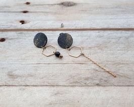 Boucles d'oreilles asymétriques, peinture abstraite dorée, billes et chaîne d'acier inox