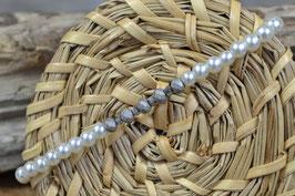 Armband mit mattgrauen Mittelsteg, und weißen Glaswachsperlen