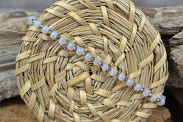 Armband mit mattweißen, facettierten Glasperlen und Zwischenspacern