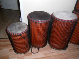 Mächtiges Basstrommelset, Dundun, Sangban und Kenkeni