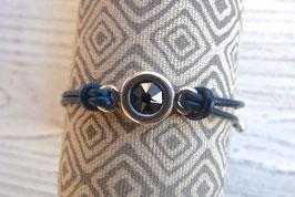 Lederarmband mit Schiebeperle und Connector aus Zamak mit Kristallstein in dunkelblau