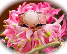 Lederring matt rosa mit rosa melierter Perle auf Zamak