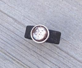 Ring aus Kork vegan mit einer farblich passenden Perle auf Zamak in schwarz