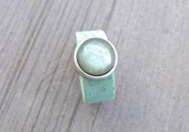Ring aus Kork vegan mit einer farblich passenden Perle auf Zamak in grün