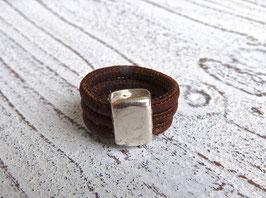 Ring aus veganem Kork in dunkelbraun mit einem schlichten Zamak Element