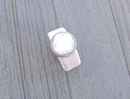 Ring aus Kork vegan mit einer farblich passenden Perle auf Zamak in weiß