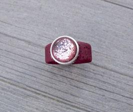 Ring aus Kork vegan mit einer farblich passenden Perle auf Zamak in dunkelrot